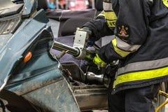 Sapeurs-pompiers travaillant à un dégagement automatique de véhicule photos stock