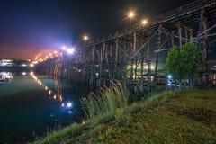 Saphan понедельник Sangkhla Buri Таиланд на ноче стоковые фотографии rf