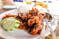Sapi Goreng sambal eller kött med sambalsås i Samosir, nordliga Sumatra Indonesien Royaltyfri Bild