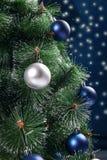 Sapin de Noël décoré des sphères Images libres de droits