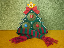 Sapin de Noël dans une écharpe de laine chaude Image stock