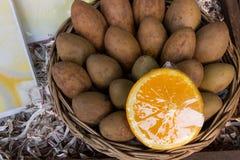 Sapodilla δαμάσκηνο και πορτοκάλι στο καλάθι Στοκ φωτογραφίες με δικαίωμα ελεύθερης χρήσης