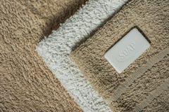 Sapone ed asciugamani, fondo del bagno Immagine Stock