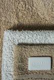 Sapone ed asciugamani, fondo del bagno Orientamento verticale Immagine Stock
