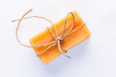 Sapone fatto a mano naturale con legato con la corda approssimativa Fotografia Stock Libera da Diritti