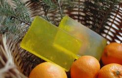 Sapone giallo in un canestro di vimini Immagini Stock Libere da Diritti