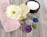 Sapone, pietra e candela organici della stazione termale fotografie stock