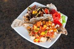 Sapori fritti dello snapper in piatto bianco Immagine Stock