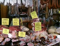 Saporito e per la vendita, le carni curate si bloccano al mercato, Mallorca Fotografia Stock