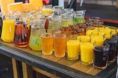 Sappen en dranken in glazen royalty-vrije stock afbeelding