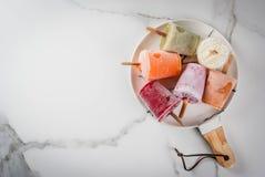 Sappen en smoothie ijslollys royalty-vrije stock foto's