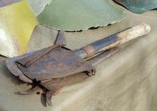 Sapperskyffel som täckas med rost, världskrig II arkivbild