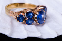 Sapphire gold ringn in clam shell Royalty Free Stock Photos