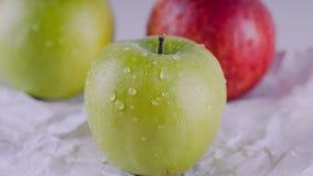 Sappig en heerlijk Apple die op de lijst, fruit aangaande de lijst liggen Appelen op witte achtergrond Het concept het gezonde et royalty-vrije stock foto