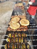 Sappig gemarineerd in de kebab van het kruidenvlees op vleespennen, gekookt en gebraden op een brand en een houtskool roostert gr stock fotografie