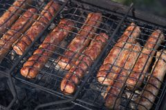 Sappig kupaty die close-up op de grill op de steenkolen wordt geroosterd royalty-vrije stock fotografie