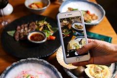 Sappig lapje vlees en geroosterde groenten met kruiden Royalty-vrije Stock Fotografie