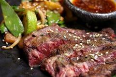 Sappig lapje vlees en geroosterde groenten met kruiden Royalty-vrije Stock Afbeelding