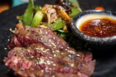 Sappig lapje vlees en geroosterde groenten met kruiden Stock Foto's