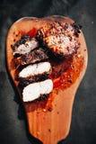 Sappig lapje vlees met kruiden die op een houten plaat worden gesneden stock foto's