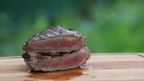 Sappig rundvleeslapje vlees op scherpe raad stock video