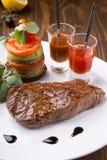 Sappig vers geroosterd die lapje vlees met Spaanse pepersaus en groenten wordt gediend royalty-vrije stock afbeelding