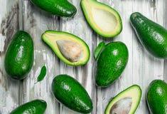 Sappige avocado met bladeren royalty-vrije stock foto