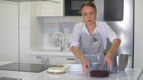 Sappige chocoladecakes voor een heerlijke cake stock video