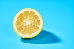 Sappige citroen op blauwe achtergrond Citroenachtergrond stock afbeeldingen