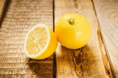 Sappige citroenen op de lijst Stock Foto's