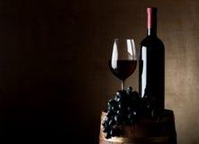 Sappige druif en wijn met vat royalty-vrije stock afbeelding