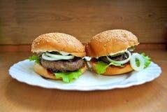 Sappige eigengemaakte hamburger Stock Foto's