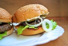 Sappige eigengemaakte hamburger Royalty-vrije Stock Foto