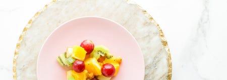 sappige fruitsalade voor ontbijt op marmeren, flatlay - het op dieet zijn en gezond levensstijlconcept royalty-vrije stock foto