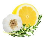 Sappige gele citroen met een twijg van rozemarijn en knoflookhoofd stock afbeeldingen