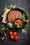 Sappige geroosterde lulakebab van het kippenvlees op vleespennen met verse groentesalade op zwarte achtergrond Royalty-vrije Stock Afbeelding