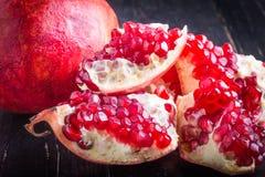 Sappige granaatappel en granaatappeldelen Stock Afbeelding