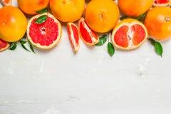 Sappige grapefruit met bladeren stock foto's
