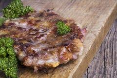 Sappige hamburger die met peterselie wordt verfraaid Royalty-vrije Stock Foto's