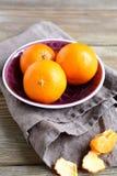 Sappige mandarijnen in een kom Royalty-vrije Stock Afbeeldingen