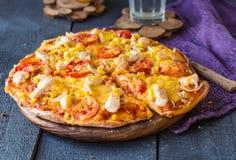 Sappige plakken van pizza met kip, graan, tomaten en dubbele CH Stock Foto's