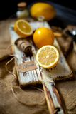 Sappige rijpe citroenen op rustieke houten bruine witte raad op jute met uitstekend mes royalty-vrije stock foto's