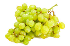 Sappige Rijpe die Druiven op Witte Achtergrond worden geïsoleerd Stock Foto's