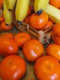 Sappige, rijpe mandarijnen met bananen op de lijst royalty-vrije stock foto