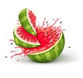 Sappige rijpe watermeloenbesnoeiingen met plonsen van sapdalingen Stock Afbeelding