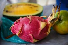 Sappige roze pitaya en gele watermeloen stock foto