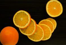 Sappige sinaasappel op een donkere achtergrond Royalty-vrije Stock Foto