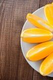Sappige sinaasappel op een plaat Royalty-vrije Stock Afbeelding