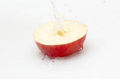 Sappige, smakelijke appel en koel, zoet water. Stock Afbeelding