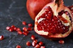 Sappige, verse granaatappels Stock Afbeeldingen